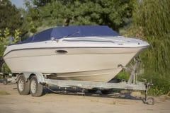 Barca su un rimorchio in Boatyard Fotografie Stock Libere da Diritti