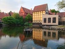Barca su un vecchio lago della città fotografia stock