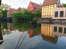 Barca su un vecchio lago della citt? immagini stock