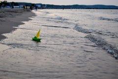 Barca su una riva di mare Fotografie Stock Libere da Diritti