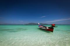 Barca su una spiaggia Immagine Stock Libera da Diritti