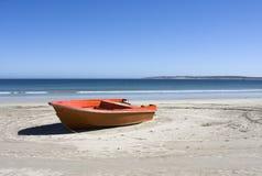 Barca su una spiaggia isolata in Sudafrica Immagine Stock Libera da Diritti