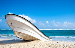 Barca su una spiaggia tropicale Fotografia Stock