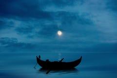 Barca sui media misti del lago Fotografia Stock