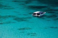 Barca sul blu Fotografia Stock