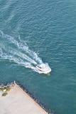 Barca sul canale del sud di Florida - antenna Immagine Stock