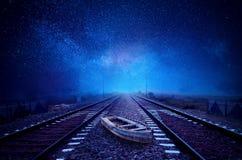 Barca sul cielo stary della galassia della strada ferrata Immagine Stock