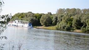 Barca sul fiume video d archivio