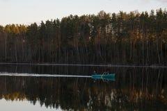 Barca sul fiume Ancora acqua La Russia fotografia stock