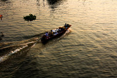 Barca sul fiume con il tramonto Fotografia Stock Libera da Diritti