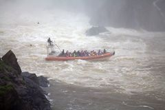 Barca sul fiume di Iguazu alle cascate di Iguazu, vista di velocità dal lato dell'Argentina fotografie stock libere da diritti