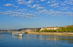 Barca sul fiume di Rhone, Lione Francia immagine stock libera da diritti