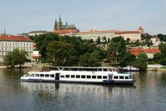 Barca sul fiume di Vltava Fotografia Stock Libera da Diritti