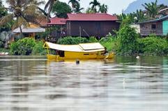 Barca sul fiume in Kuching Fotografie Stock Libere da Diritti