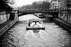 Barca sul fiume la Senna a Parigi Immagini Stock Libere da Diritti