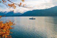 Barca sul lago alpino Wolfgangsee Giro turistico della barca Fotografia Stock Libera da Diritti
