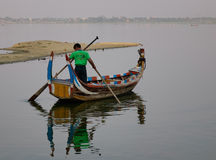 Barca sul lago Amarapura al ponte di Ubein Fotografie Stock