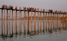 Barca sul lago Amarapura al ponte di Ubein Fotografie Stock Libere da Diritti