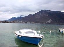 Barca sul lago Annecy che trascura le alpi francesi Fotografie Stock