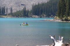 Barca sul lago blu Fotografie Stock