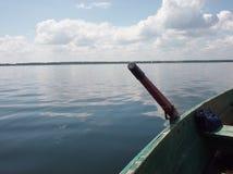 Barca sul lago: chiaro cielo ed acqua calma Immagine Stock Libera da Diritti