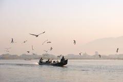 Barca sul lago Inle Immagine Stock Libera da Diritti