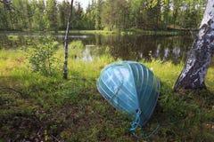 Barca sul lago nella foresta Immagini Stock Libere da Diritti