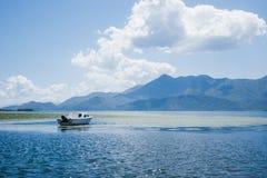 Barca sul lago nelle montagne Fotografia Stock Libera da Diritti