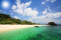 Barca sul mare delle Andamane di cristallo contro il raggio di sole Fotografia Stock