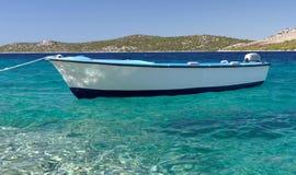 Barca sul mare di cristallo Fotografia Stock