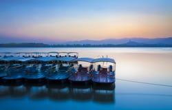 Barca sul palazzo di estate di tramonto del lago Fotografia Stock