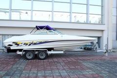 Barca sul rimorchio pronto per trasporto immagini stock libere da diritti