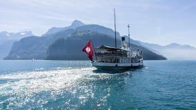 Barca sull'erba medica del lago - Svizzera Fotografia Stock Libera da Diritti