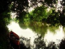 Barca sull'ipsilon del fiume Immagine Stock