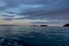 Barca sull'oceano dell'acqua durante il tramonto Fotografie Stock