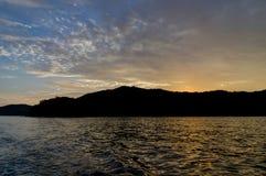 Barca sull'oceano dell'acqua durante il tramonto Immagine Stock Libera da Diritti