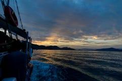 Barca sull'oceano dell'acqua durante il tramonto Fotografia Stock Libera da Diritti