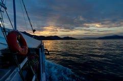 Barca sull'oceano dell'acqua durante il tramonto Fotografia Stock