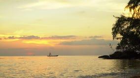 Barca sull'orizzonte di tramonto del mare aperto Bello declino giallo sull'orizzonte dell'oceano Isola di pH Qu c Una siluetta de video d archivio