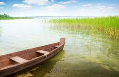 Barca sulla banca del lago Immagine Stock