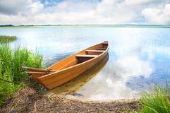 Barca sulla banca del lago Fotografie Stock Libere da Diritti