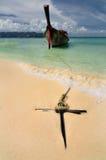 Barca sulla bella spiaggia Fotografia Stock