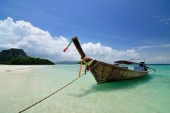 Barca sulla bella spiaggia Immagini Stock