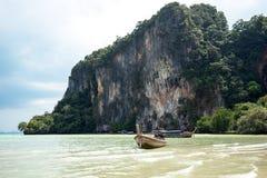Barca sulla bella spiaggia in Tailandia Fotografie Stock