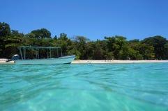 Barca sulla boa di attracco vicino ad una spiaggia tropicale Fotografie Stock Libere da Diritti