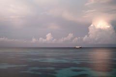 Barca sulla laguna alla mattina Immagine Stock