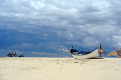 Barca sulla spiaggia Immagini Stock