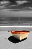 Barca sulla spiaggia, coloritura selettiva. Immagine Stock