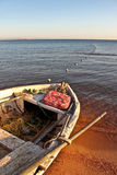 Barca sulla spiaggia del Mar Rosso in Dahab immagini stock