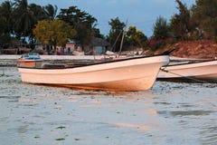 Barca sulla spiaggia di zanzibar Immagini Stock